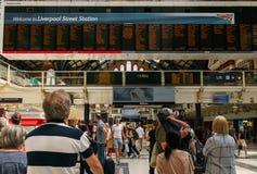 Leute, die zu den Zügen an der Station Liverpool am 3. Juni 2018 in London sich beeilen lizenzfreie stockbilder