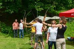 Leute, die zum Bogenschießen bei Massagno auf der Schweiz lernen Lizenzfreies Stockfoto