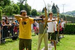 Leute, die zum Bogenschießen bei Massagno auf der Schweiz lernen Lizenzfreie Stockfotos