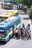 Leute, die zum Einsteigen in einen Bus warten lizenzfreie stockfotos