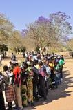 Leute, die zur Abstimmung am Wahllokal einreihen Lizenzfreies Stockbild