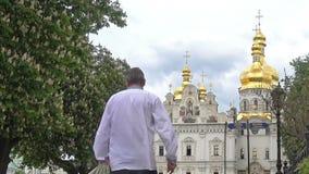 Leute, die zur Annahme-Kathedrale von Kiew-Pechersk Lavra gehen stock video