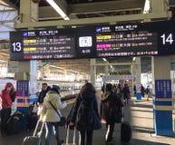 Leute, die zur Station in Hiroshima, Japan kommen Lizenzfreies Stockfoto