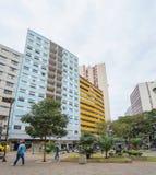 Leute, die zwischen die im Stadtzentrum gelegenen Shops in Londrina gehen stockfotografie