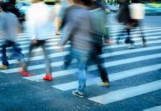 Leute drängen sich auf Zebraüberfahrt Stockbild