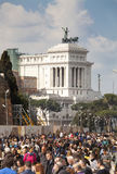 Leute drängen sich unter Monument Altar des Vaterlands (Marktplatz Venezia - Rom) Lizenzfreie Stockfotografie