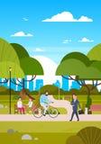 Leute draußen im modernen Reitenfahrrad des Park-Sit On Bench, Gehen und, menschlich beim Natur-In Verbindung stehen stock abbildung