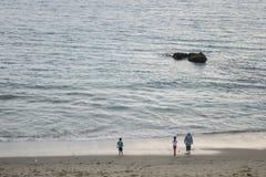 Leute durch den Strand stockfoto