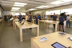 Leute in einem Apfelspeicher Lizenzfreie Stockfotografie