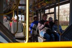 Leute in einem Bus im Wohnviertel des St Petersburg, Russland Lizenzfreie Stockfotos