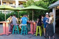 Leute an einem Café draußen Lizenzfreie Stockbilder