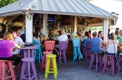 Leute an einem Café draußen Stockfotografie