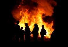 Leute an einem Feuer Stockbilder