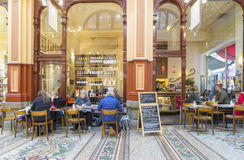 Leute in einem Innen-, stilvollen Café in einem klassischen Einkaufszentrum in Melbourne Stockbild