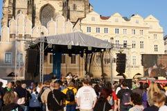 Leute an einem Konzert am alten Marktplatz, Prag Stockbilder