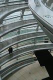 Leute in einem modernen Gebäude Lizenzfreies Stockfoto
