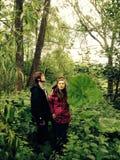 Leute in einem Wald Stockbild