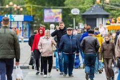 Leute in einem Zebrastreifen auf einer Stadtstraße Russland, Saratow, am 27. September 2017 Lizenzfreies Stockbild
