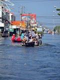 Leute in einer überschwemmten Straße