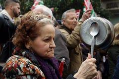 Leute an einer Demonstration zugunsten allgemeiner Pensionen 30 stockbild