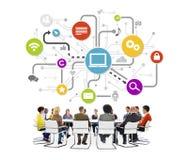 Leute in einer Sitzung mit Social Networking-Konzepten Stockfoto