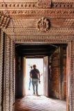 Leute am Eingang von Kumari-Palast, neun Geschoss-Palast, Kathmandu, Nepal Stockbild