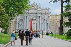 Leute am Eingang zu zum Palast und dem Museum Dolmabache in Istanbul lizenzfreie stockfotografie