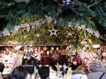 Leute-Einkaufen im Weihnachtsmarkt in Wien lizenzfreies stockbild