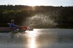 Leute enjou, das auf schönem Fluss Kayak fährt Sonnige Zeit des Sommers Stockfoto