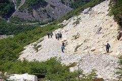 Leute entlang der Spur zu den Türmen von Paine am Nationalpark Torres Del Paine, chilenischer Patagonia, Chile Stockfoto