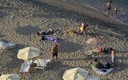 Leute entspannen sich auf dem Strand des Schwarzen Meers in Sinemorets, Bulgarien am 30. August 2015 Lizenzfreie Stockbilder