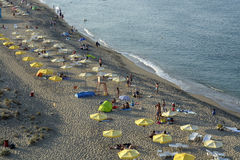 Leute entspannen sich auf dem Strand des Schwarzen Meers in Sinemorets, Bulgarien am 30. August 2015 Stockbilder