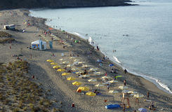 Leute entspannen sich auf dem Strand des Schwarzen Meers in Sinemorets, Bulgarien am 30. August 2015 Stockbild