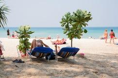 Leute entspannen sich auf Karon-Strand, Thailand Stockfotografie