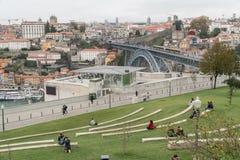Leute entspannen sich in einem Park von Vila Nova de Gaia mit einer Ansicht über Dom L Lizenzfreie Stockfotografie