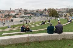 Leute entspannen sich in einem Park von Vila Nova de Gaia mit einer Ansicht über Dom L Lizenzfreie Stockbilder