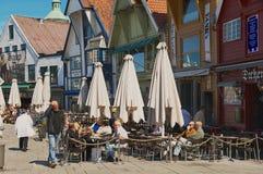 Leute entspannen sich in einem Straßencafé in im Stadtzentrum gelegenem Stavanger, Norwegen Lizenzfreie Stockfotos
