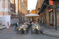 Leute entspannen sich hinter kleinen Tabellen des Restaurants Zerocinquant lizenzfreies stockbild