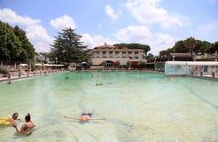 Leute entspannen sich im natürlichen heißen Pool von Terme-dei Papi-Bedeutung Badekurort Lizenzfreie Stockfotografie