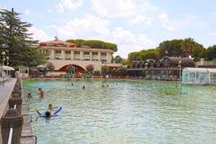 Leute entspannen sich im natürlichen heißen Pool von Terme-dei Papi-Bedeutung Badekurort der Päpste, Viterbo, Italien Stockfoto