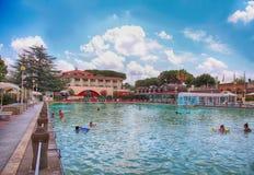Leute entspannen sich im Pool von Terme-dei Papi-Bedeutung Badekurort der Päpste Stockfoto