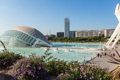 Leute entspannen sich am Pool mit Blick auf die Stadt von Künsten und von Sc Stockfoto