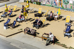 Leute entspannen sich am Strand Lizenzfreie Stockfotografie