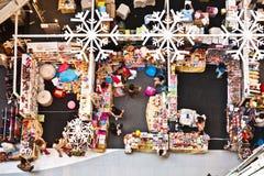 Leute entspannen sich und genießen das Einkaufen Stockbilder