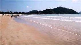 Leute entspannen sich und genießen das Meer auf dem tropischen Strand von Hainan-Insel - China stock video