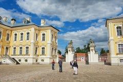 Leute erforschen Rundale-Palast in Pilsrundale, Lettland stockbild