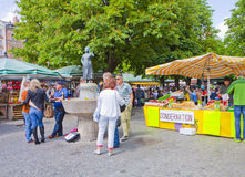Leute erhalten bei Viktualien Markt in München gemütlich Stockfotografie