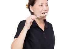 Leute essen die gegrillten Fleischbälle, die auf weißem backguounrd lokalisiert werden Lizenzfreie Stockfotografie