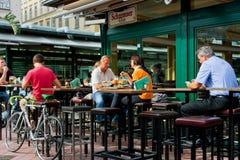 Leute essen in einem Restaurant im Freien zu Mittag Lizenzfreies Stockbild