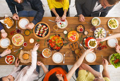 Leute essen gesunde Mahlzeiten an gedientem Tabellenabendessen stockfotos